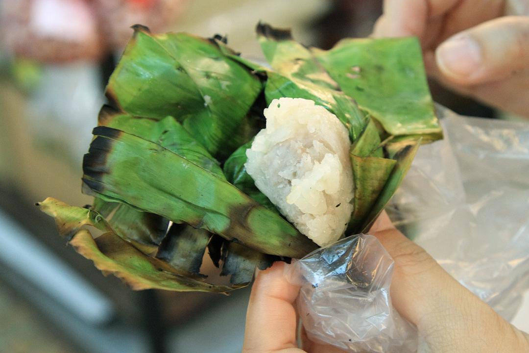 芭蕉葉裏包着軟綿綿的糯米,中央還包了一塊芋頭。