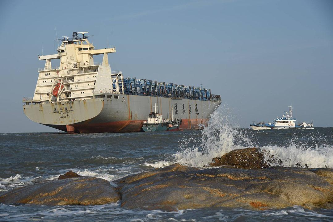 九月22日,陸方抽油船已抵達金門作業,工作人員登上擱淺船檢查船況。