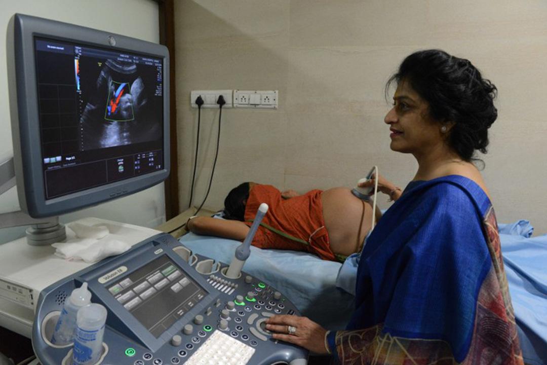 印度阿納恩德市,醫生派特爾為代孕媽媽進行檢查。