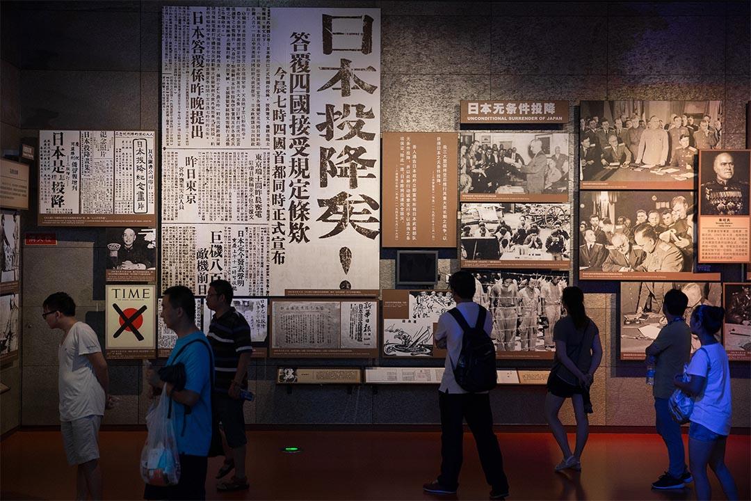 2016年8月14日,江蘇省南京市,人們在南京大屠殺紀念館內參觀。