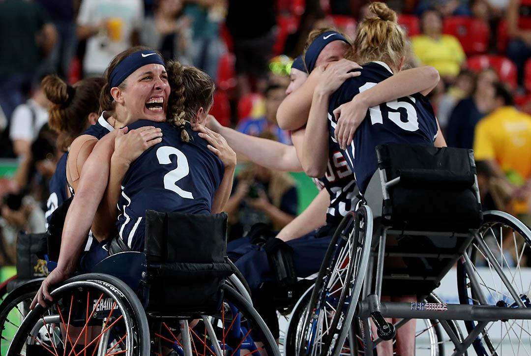 美國隊贏得女子輪椅籃球決賽後激動擁抱。