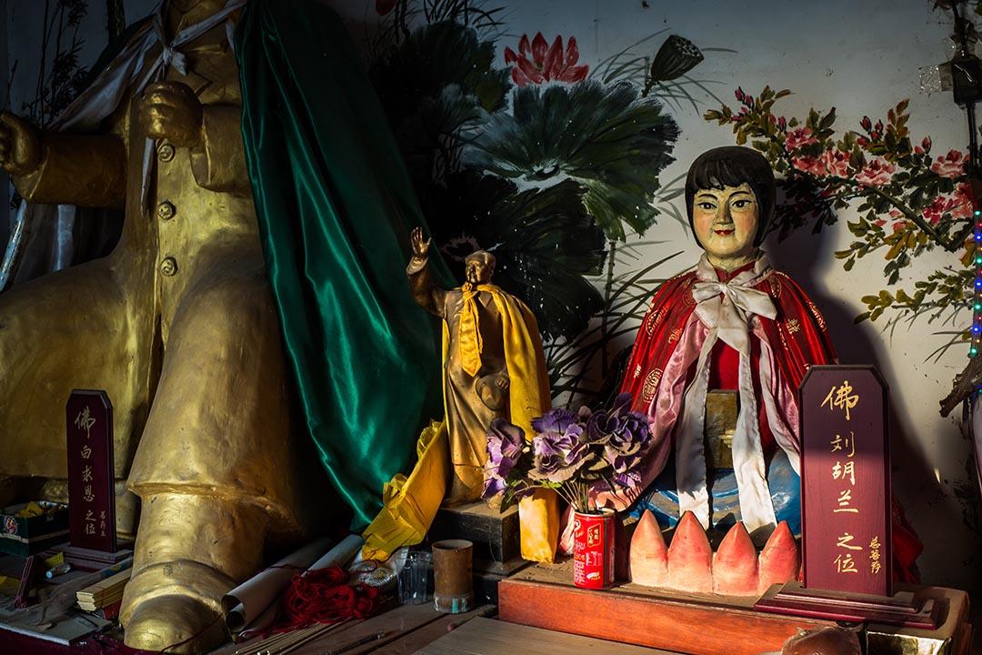 百姓為毛澤東、白求恩及劉胡蘭等起的靈位。「文革」時期,雖然信仰活動被取締,但人們的宗教需求從未消失,他們只是以一種類似宗教信仰的狂熱情緒替代了儒道佛──「毛崇拜」由此勃興。