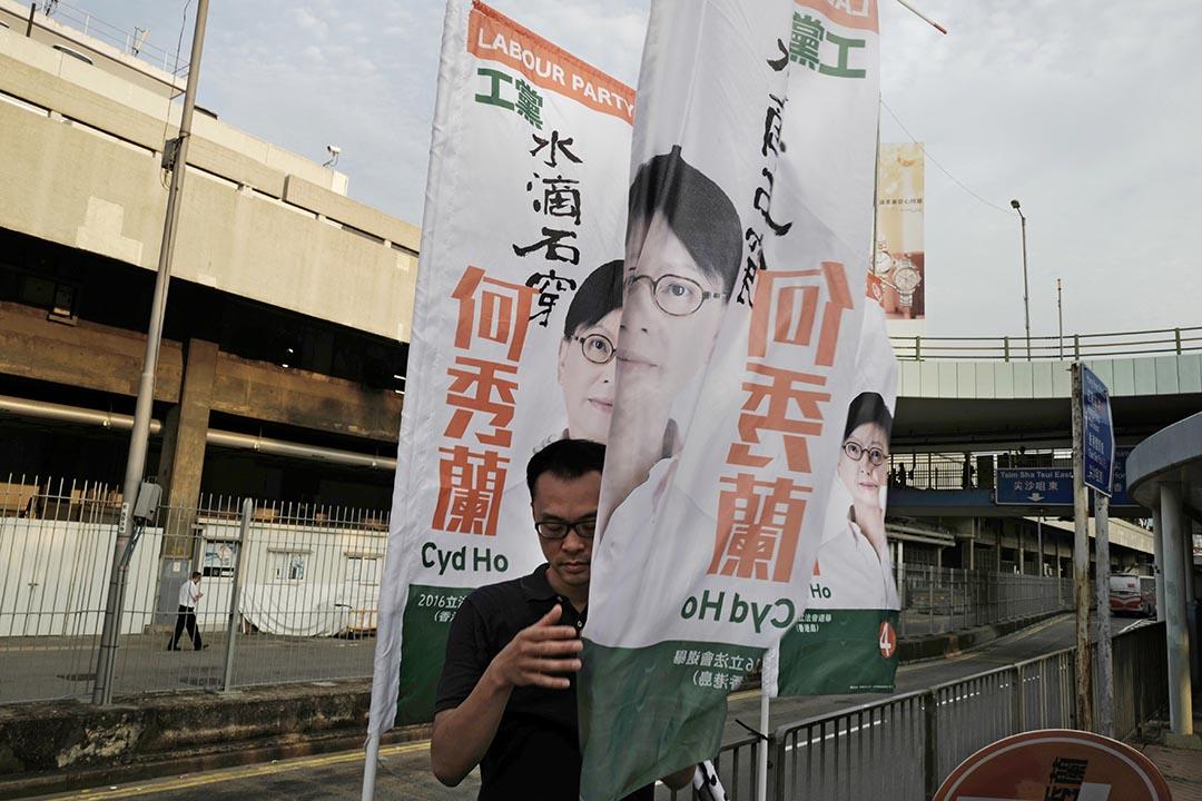工黨支持者在街頭掛起宣傳直幡。