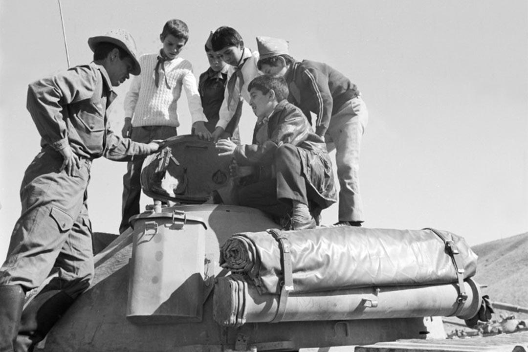 圖為前蘇聯與阿富汗戰爭期間,阿富汗男孩在檢查一輛坦克。