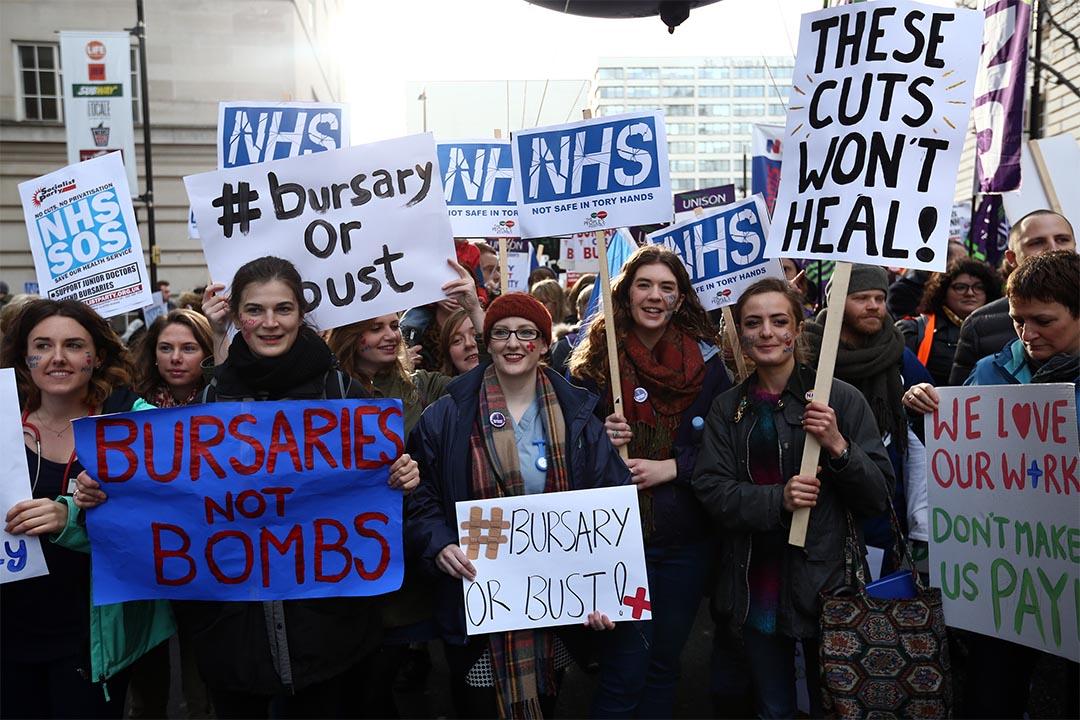 圖為2016年1月9日,醫療人員及醫護學生參加一個遊行,反對政府取消NHS助學金的計劃。