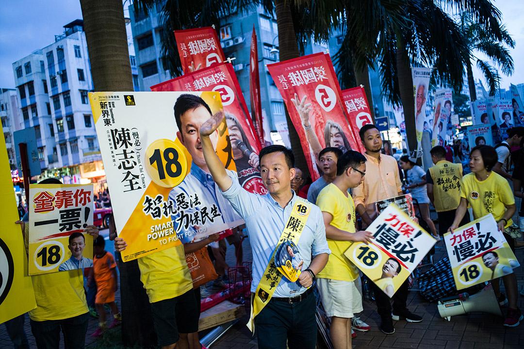 新界東候選人人民力量陳志全在拉票。