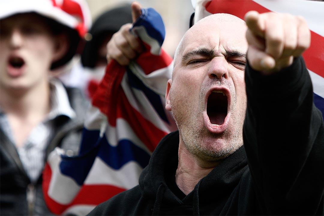 圖為2010年8月27日,英國巴拉福特,一個極右組織的支持者參與遊行。