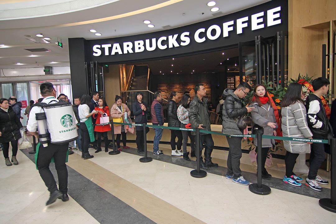 星巴克在湖北省襄陽市開業,準備進店消費的顧客在門外排起了長隊。