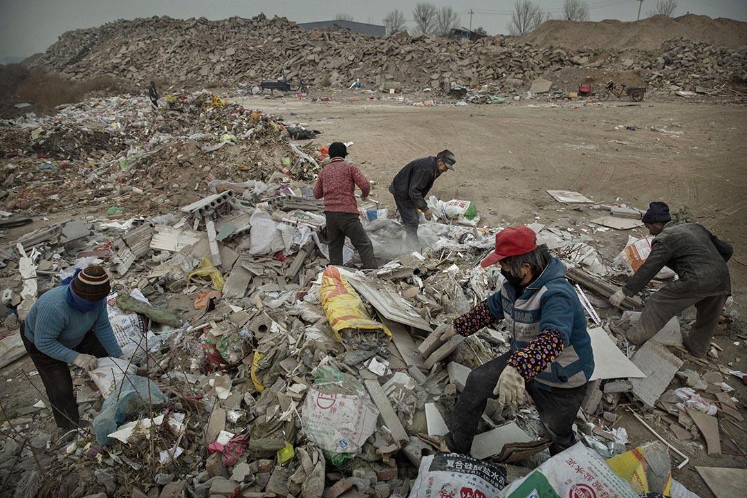 中國北京,工人們正在廢品堆裏搜索可回收品。廢品回收種類繁多,曾經什麼東西都可以賣錢。