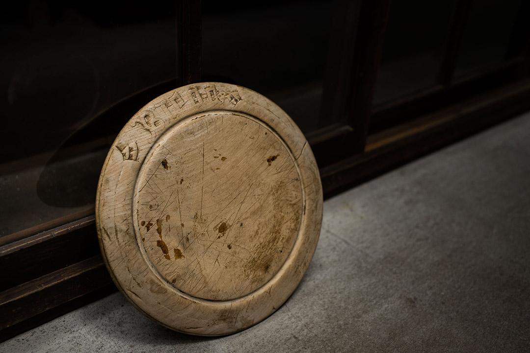 古英國圓形木砧板。