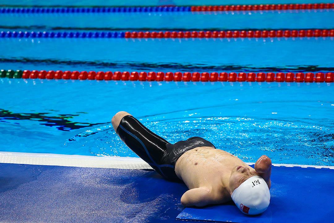 中國選手許慶在比完男子200公尺個人混合式後在池邊休息。