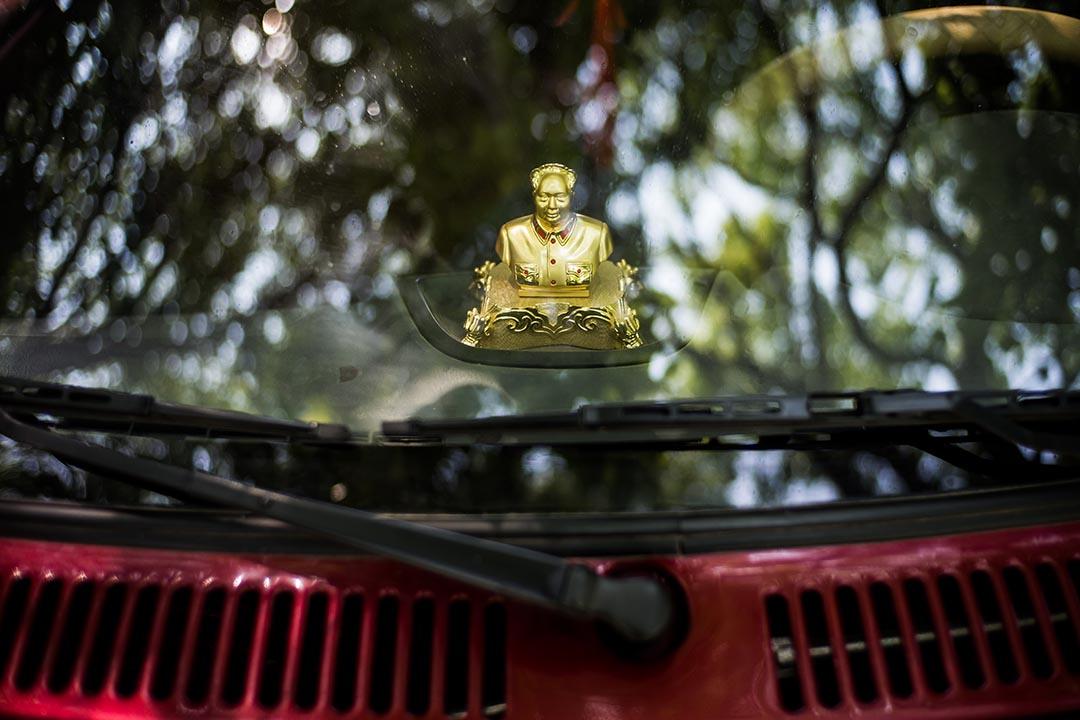 毛泽东──这位世界上最大的无神论国家的缔造者──也成了「神」:司机们在车内悬挂毛主席像,以保佑平安。