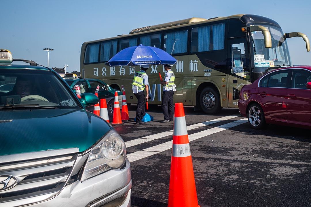 機場往市區的公路上,公安在檢查車輛。