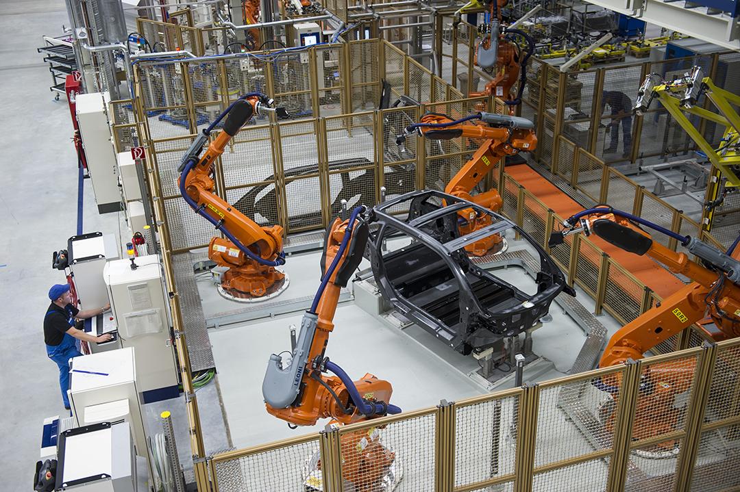 德國一家車廠使用機械人協助生產。