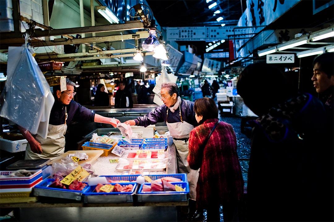2012年2月28日,日本東京,一個築地市場的漁販在招待顧客。