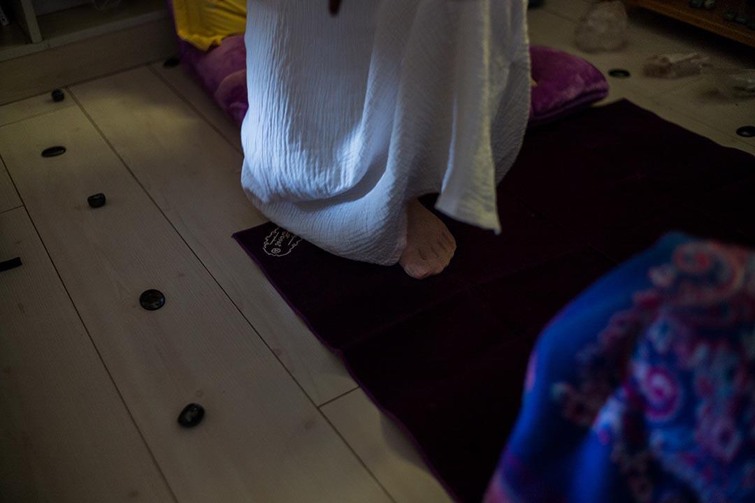 如今的紫膺素顏白袍,戴著一大塊紫水晶挂墜。見到她時,常常有塔羅牌、水晶球、大朵的月季百合相佐。