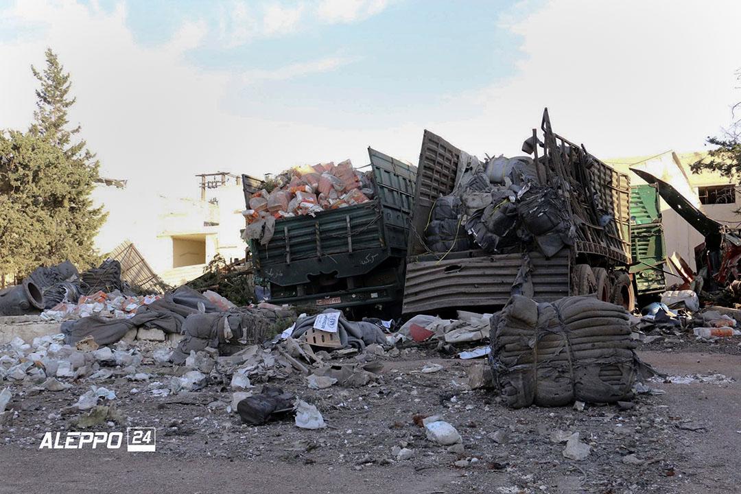 救援物資車遭空襲後,救援物資散落地上。