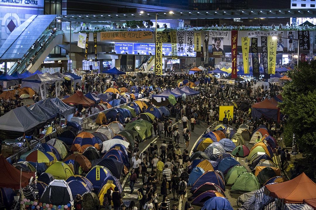 雨傘運動期間,示威者佔領金鐘、旺角、銅鑼灣三個區域,抗議人大常委就香港政改作出的決議。圖為2014年10月26日,金鐘佔領區。