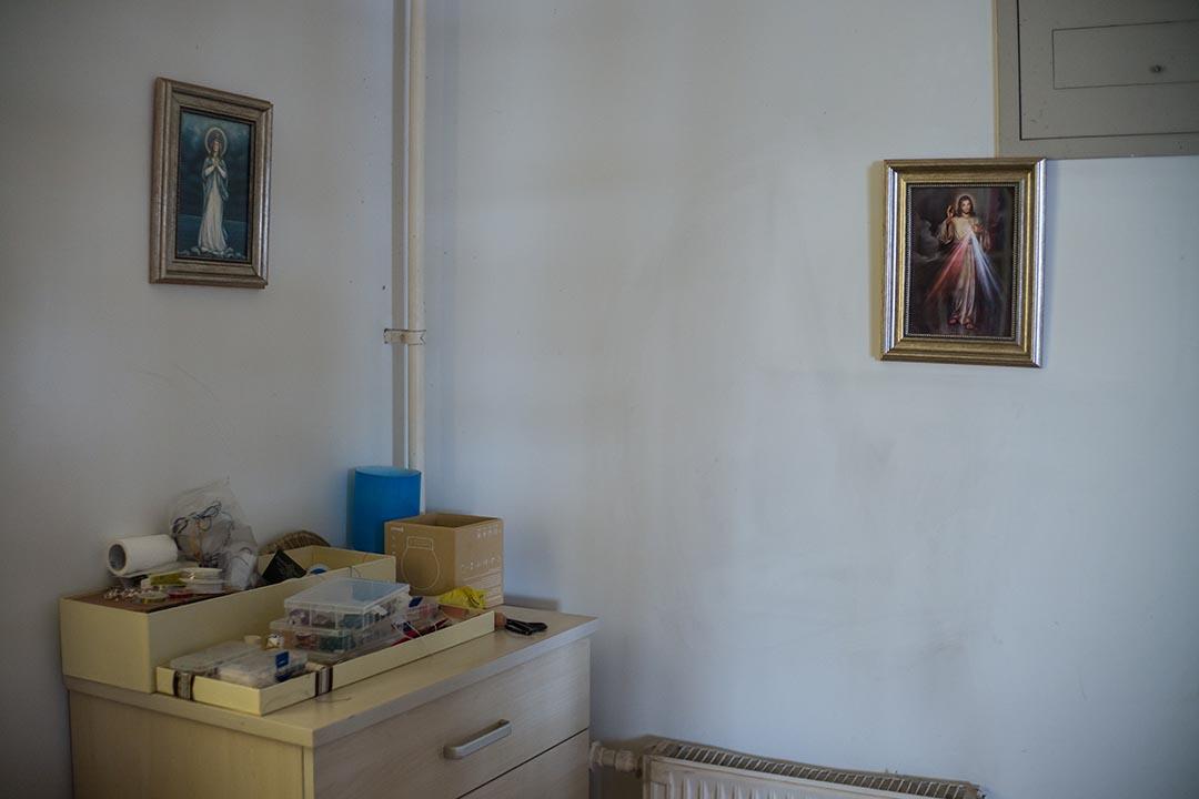 紫膺家中的空間置放了不同的水晶球及壁畫。