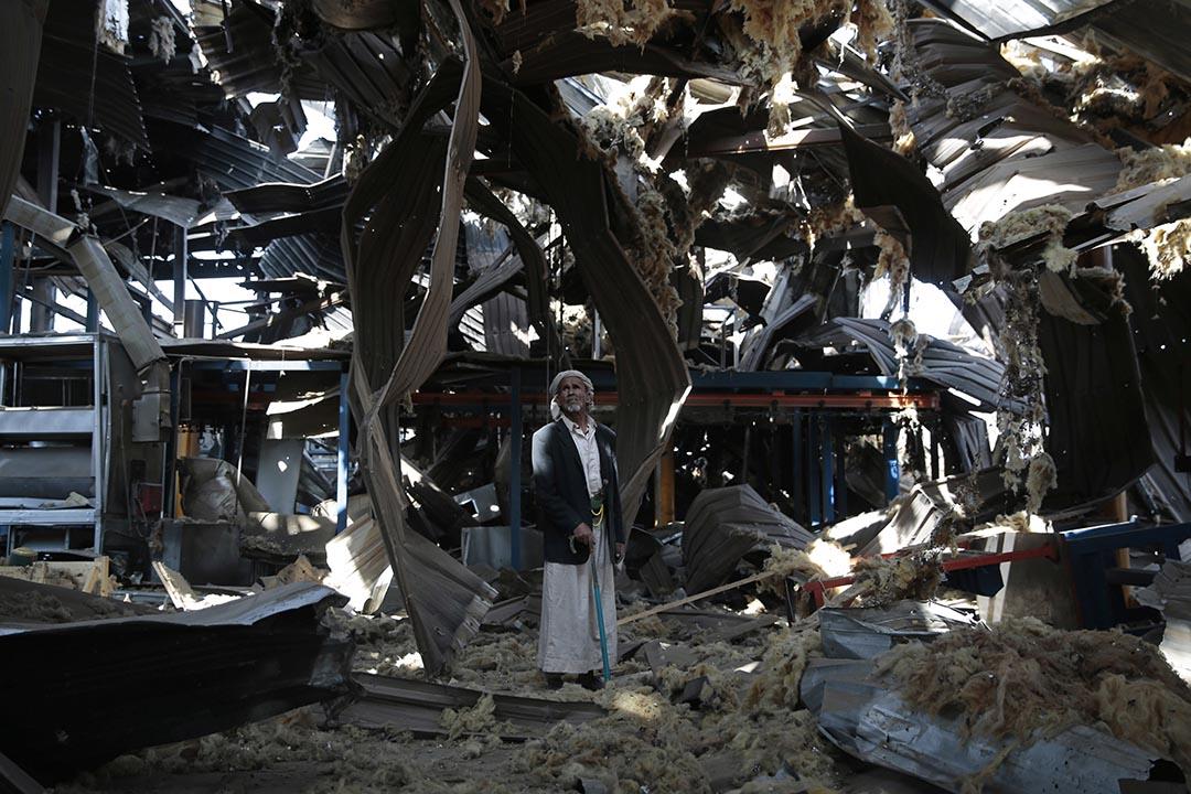 2016年9月22日,也門薩那,一位老人站在一工廠廢墟中。 過去以沙特阿拉伯為首的聯軍多次對也門的胡塞叛軍實施空襲。