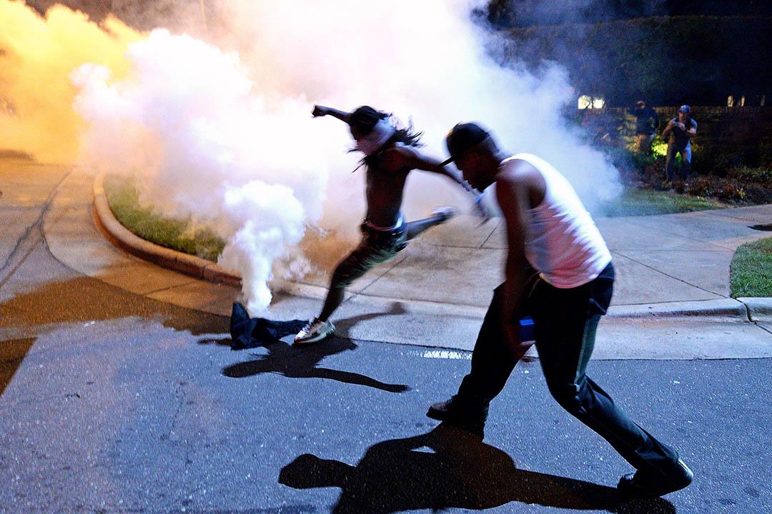 2016年9月20日,美國北卡羅來納州夏洛特市,警員用催淚彈驅散示威者。早前黑人男子 Keith Scott 被警方槍殺,觸發夏洛特市市民示威遊行,當地市長宣佈進入緊急狀態。