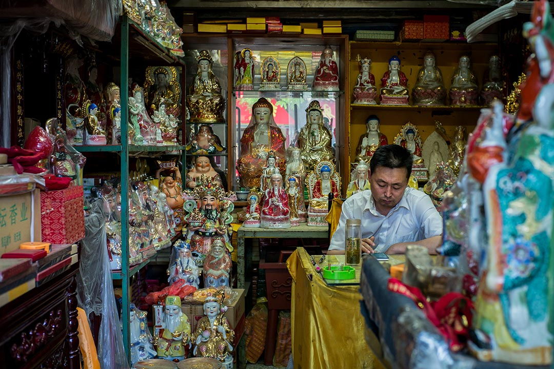 北京国子监外有喇嘛庙,也有放着各式佛像的店铺。