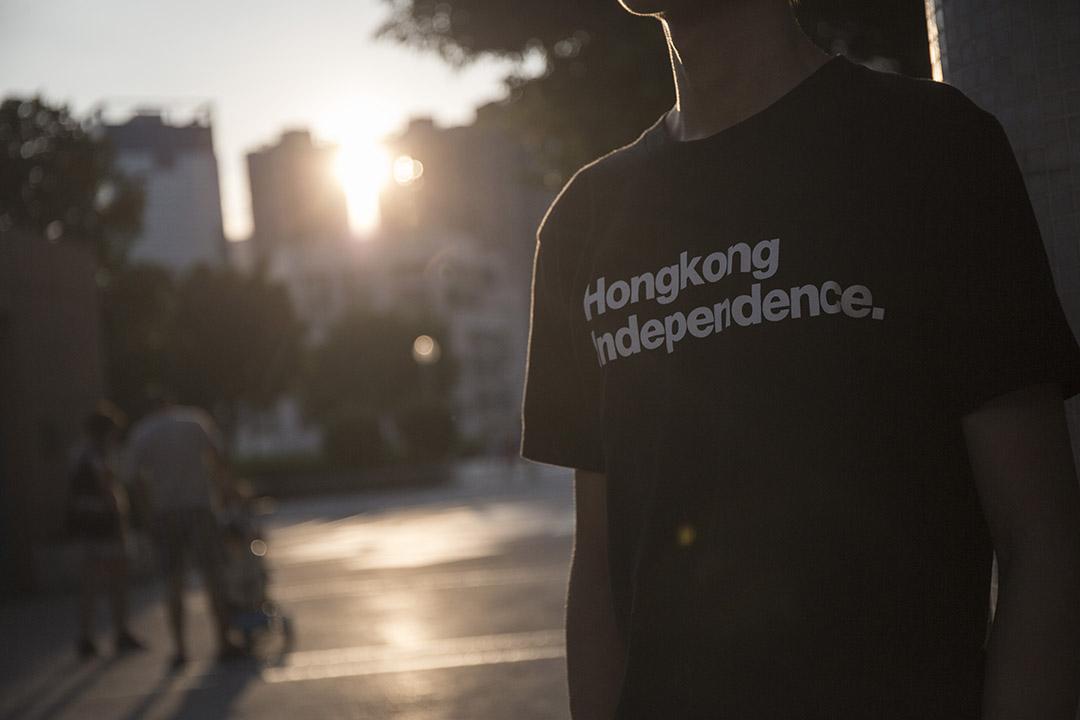 剛升讀大學的何啟亮身穿寫上「Hong Kong Independence」(香港獨立)黑色上衣。