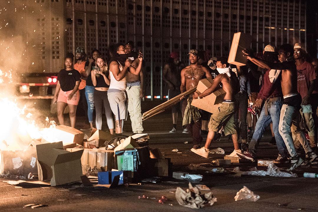示威者在街上焚燒雜物。