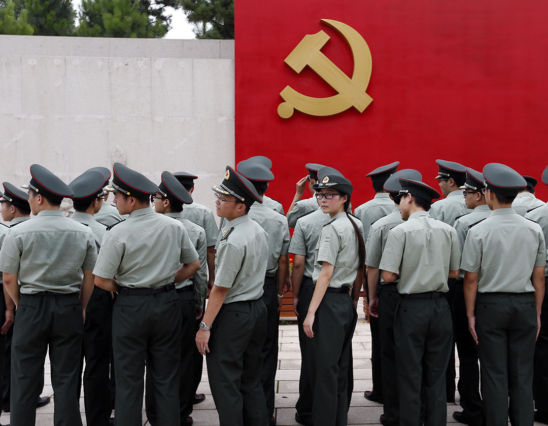 上海交大的畢業國防生在浙江嘉興市南湖革命紀念館宣誓牆前宣誓。