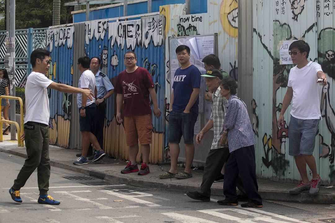 在元朗錦田聖公會聖約瑟小學票站,有3架私家車及2架20座旅遊巴,多次接載選民到票站。