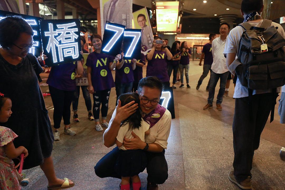 新界東候選人楊岳橋在拉票。