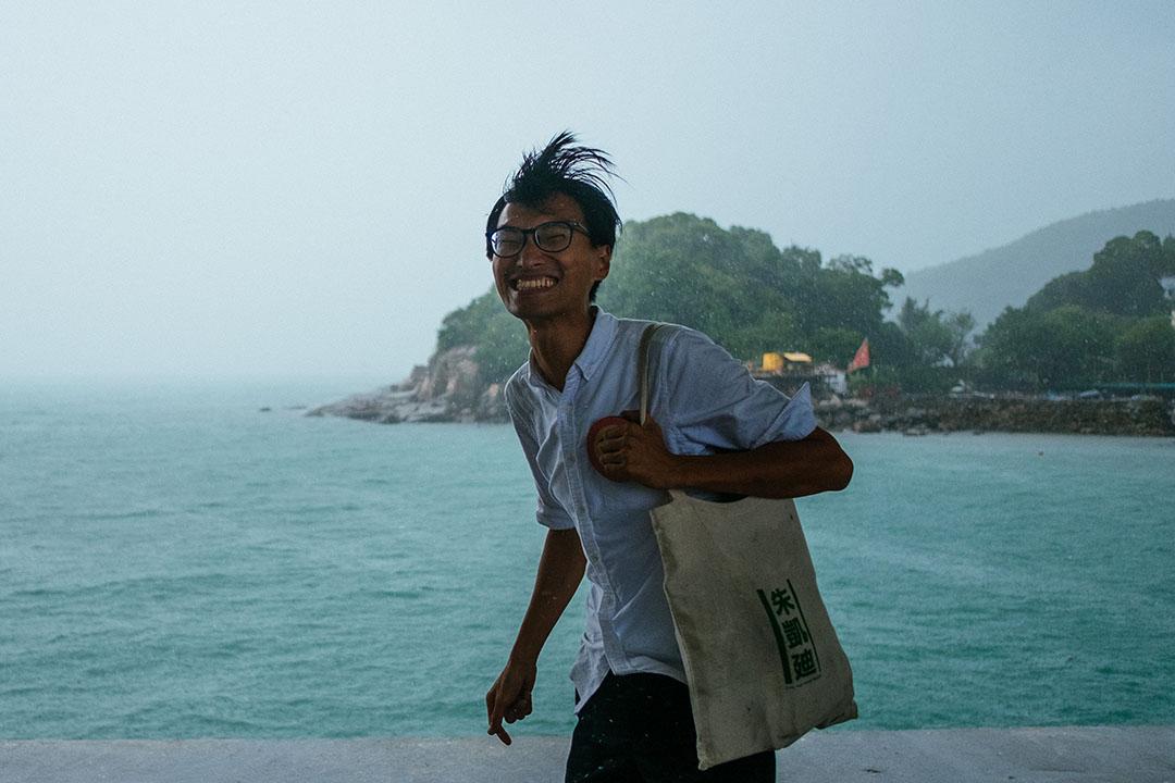 2016年立法會選舉前,新界西區候選人朱凱廸到幾個離島區域拉票。朱凱廸抵達南丫島時狂風大雨,義工笑嚷叫他在碼頭旁拍攝「老人與海」的照片。