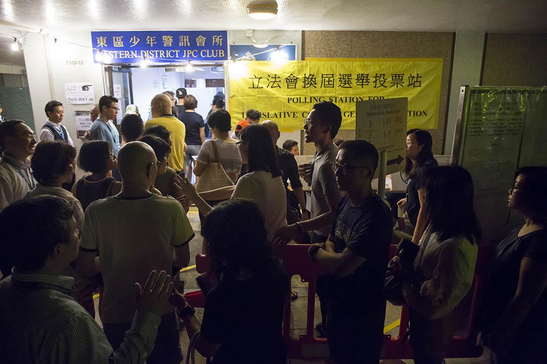 位於東區少年警訊會所的太古城西票站至凌晨兩時半才能完成投票。