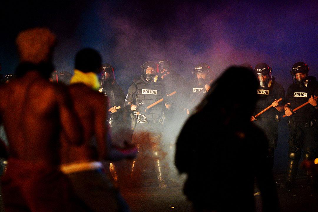 示威者與防暴警察對峙。