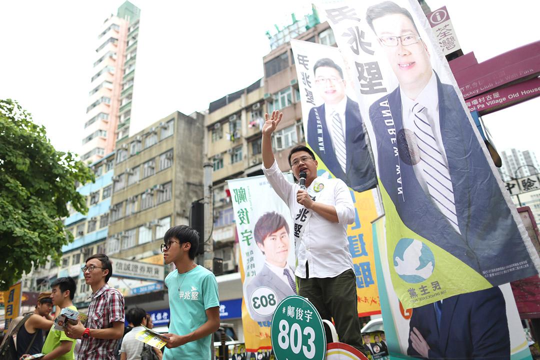 新界西候選人民主黨尹兆堅正拉票。