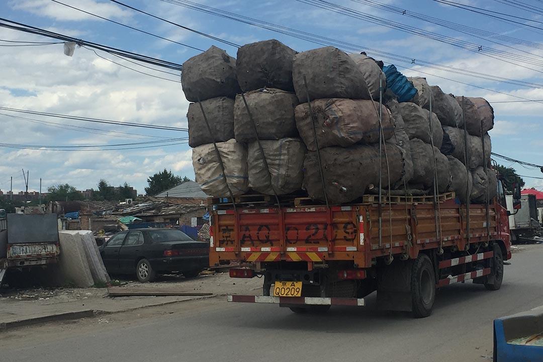 裝滿經人力初撿分類廢品的貨車。