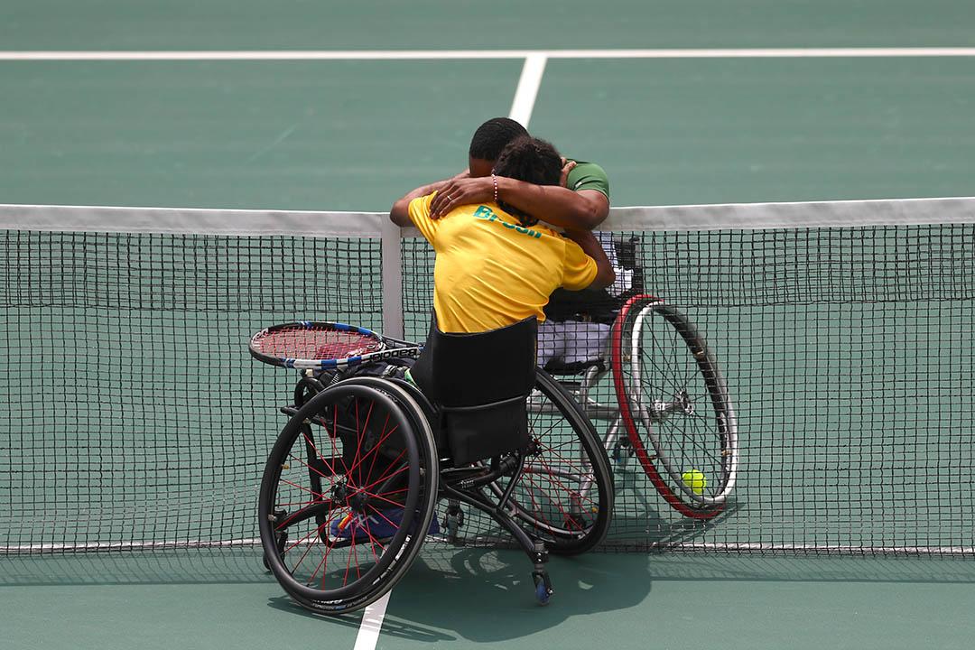 南非選手Lucas Sithole和巴西選手Ymanitu Silva在輪椅網球賽後擁抱慶祝。