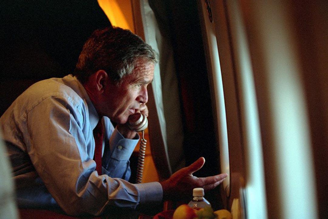 美國總統喬治在空軍一號與副總統切尼通電話。