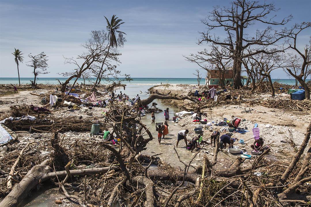 同樣在南部省的薩魯特港(Port Salut),受災災民在河流洗衣服。