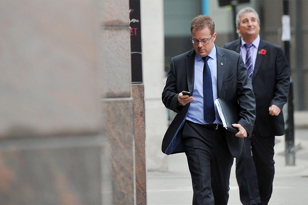 法院裁定,英國安全機構暗中非法收集個人機密數據17年。圖為英國一個男人在看手機。