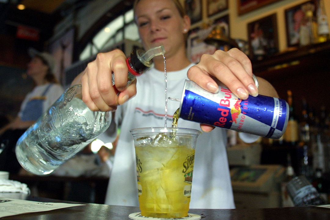 有研究指出混合能量飲料和酒精,會影響青少年的大腦。