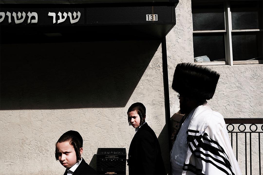 2016年10月12日,美國紐約,猶太人於贖罪日當日經過布魯克林社區。