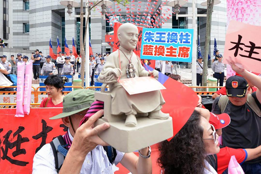 2015年10月7日,洪秀柱的支持者带着蒋介石的雕像在国民党总部外抗议换柱事件。