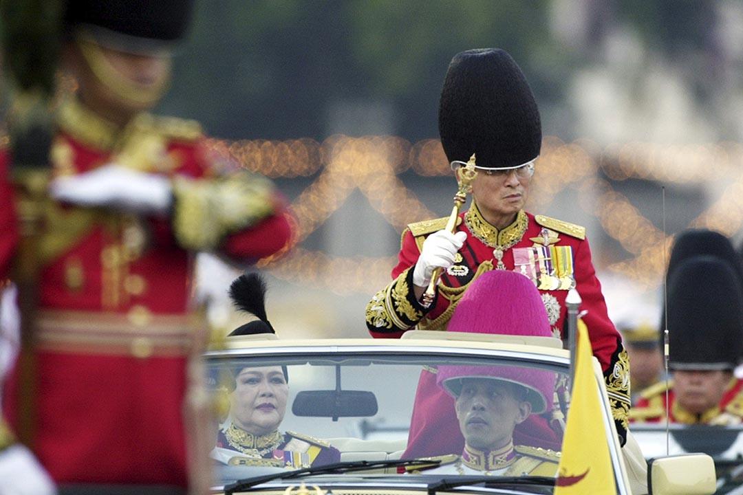 2004年12月2日,泰王拉普密蓬出席審查儀仗隊儀式。