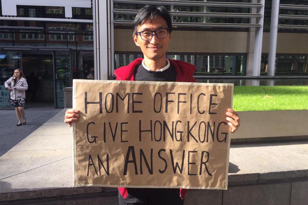 10月17日,香港立法會議員朱凱廸自發到英國內政部外請願,要求英國當局就香港新任立法會主席梁君彥放棄英籍程序中的爭議,作公開交待。