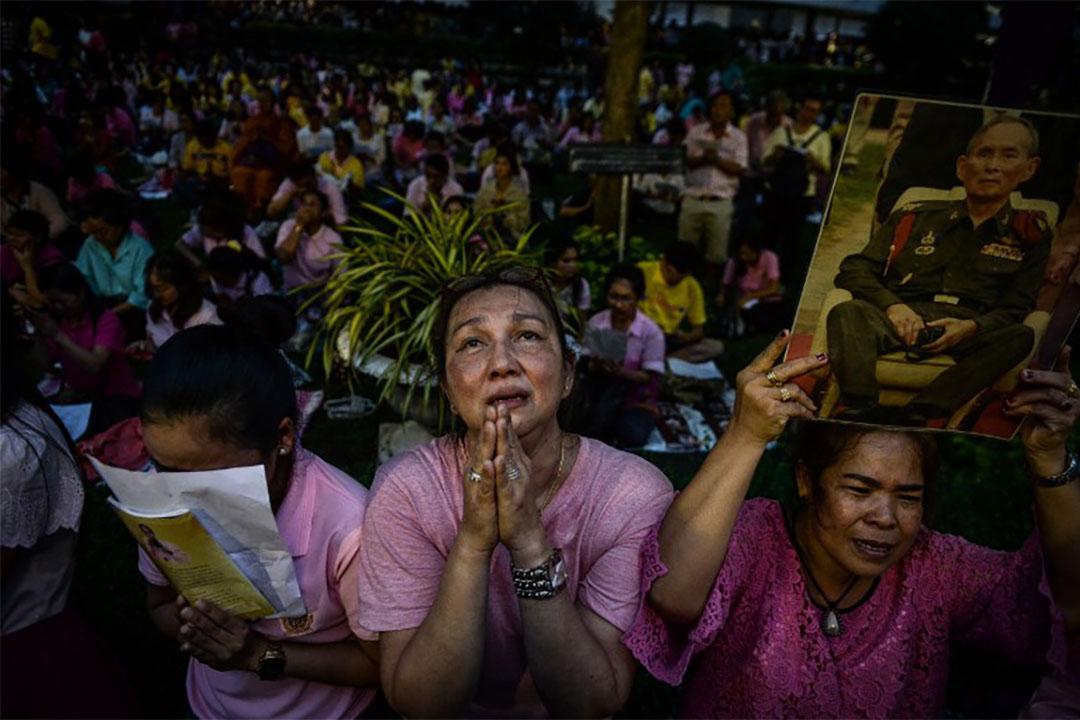 2016年10月13日,泰國曼谷,市民為留醫的泰王普密蓬祈禱。