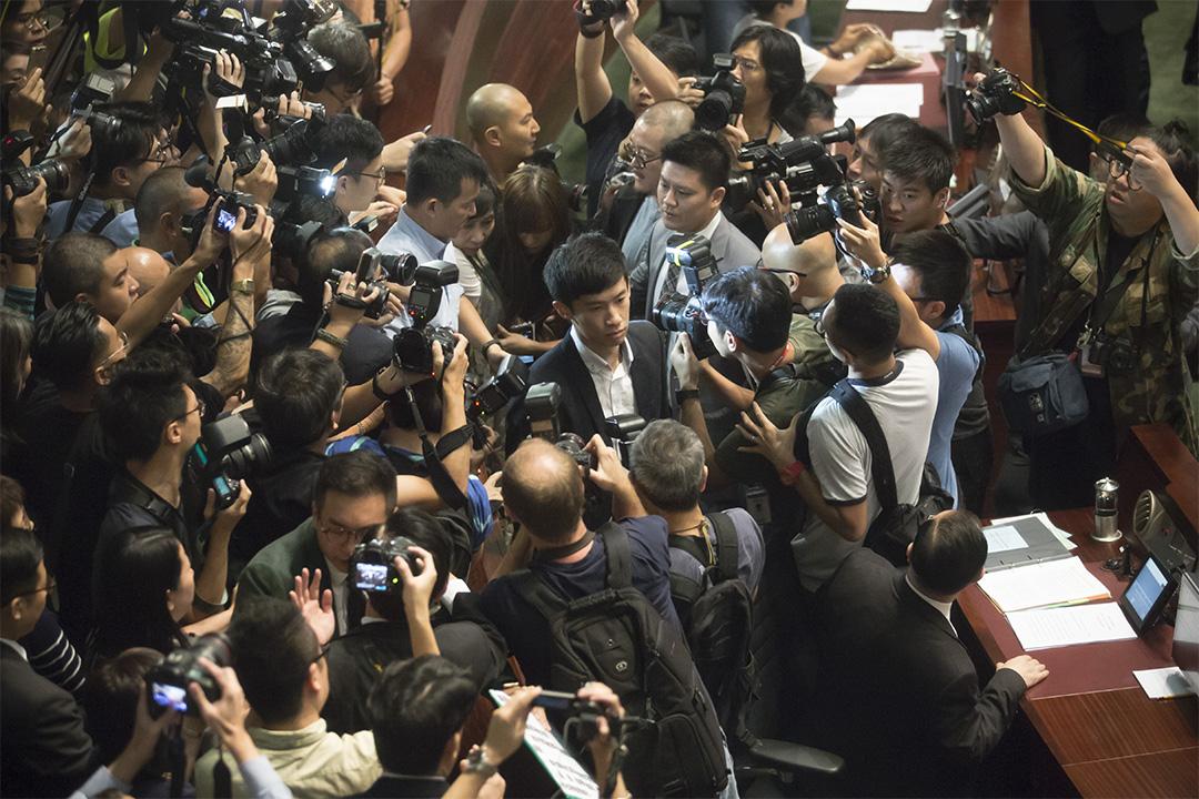 青年新政梁頌恆游蕙禎在非建制派議員簇擁下,進入會議廳。