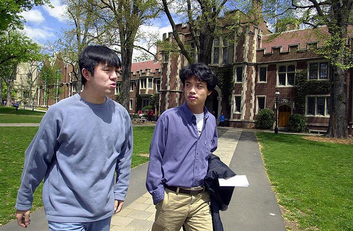 兩名中國留學生走在普林斯頓大學校園裡。