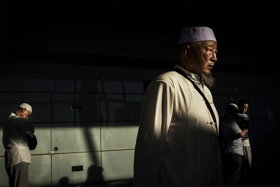 2014年7月2日,中國北京,回族穆斯林在機場等待登機前往沙地阿拉伯朝聖。