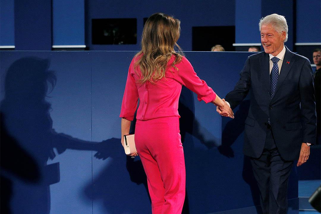 2016年10月9日,美國兩黨總統候選人進行第二次電視辯論。圖為希拉莉丈夫克林頓與特朗普妻子梅拉尼亞握手。